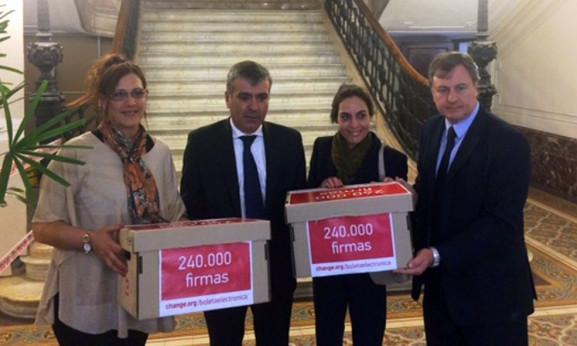 Duclós recibió 240.000 firmas por la boleta única electrónica