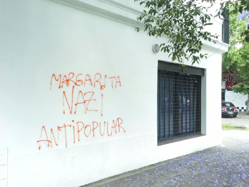"""1 de diciembre. En la mañana del martes 29 de noviembre, apareció el local del GEN Lanús, con pintadas en la pared. Es la tercera agresión que reciben en dicho local. """"La primera, a principio de año, fue la ruptura de una vidriera de la calle  Ministro Brin, la segunda fue una pintada sobre las paredes de la calle Lugones y ahora una pintada sobre la pared de la calle Ministro Brin"""", relata la presidenta del GEN Lanús, María Angela La Rosa"""