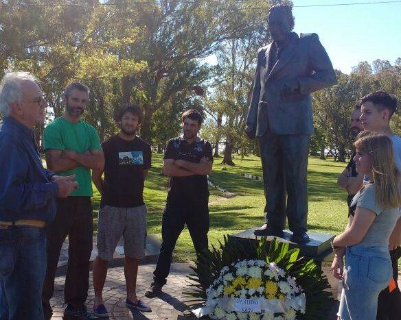 En horas de la tarde, el GEN de Chascomús rindió homenaje en el parque Libres del sur y frente a su busto al Dr. Raúl Alfonsin colocando una ofrenda floral en conmemoración del 34 aniversario de la recuperación democrática cuando el 30 de octubre de 1983 el voto ciudadano puso punto a final a la dictadura militar.